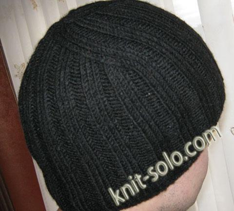 Теплая зимняя мужская шапочка спицами.